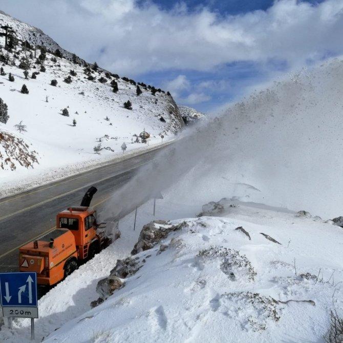 Antalya-Konya yolunda karla mücadele
