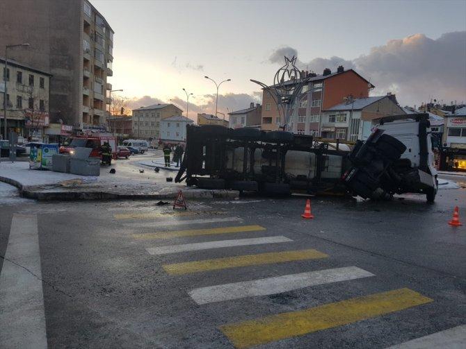 Seydişehir'de gıda maddesi taşıyan tır devrildi