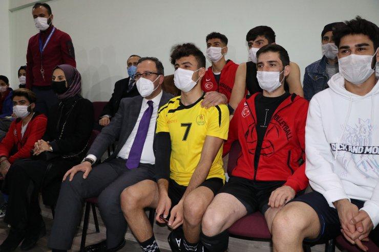 Bakan Kasapoğlu, Vanlı halk ozanının söylediği Kürtçe uzun havayı dinledi