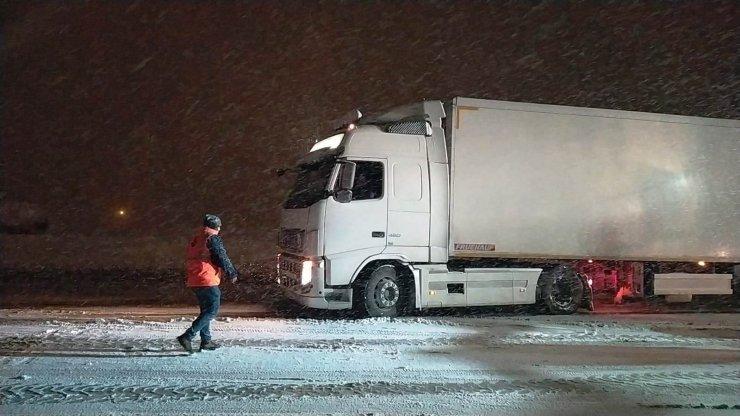 Bitlis'te kar ve tipi nedeniyle yolda kalan TIR'lar, ekiplerin müdahalesi ile çıkarıldı