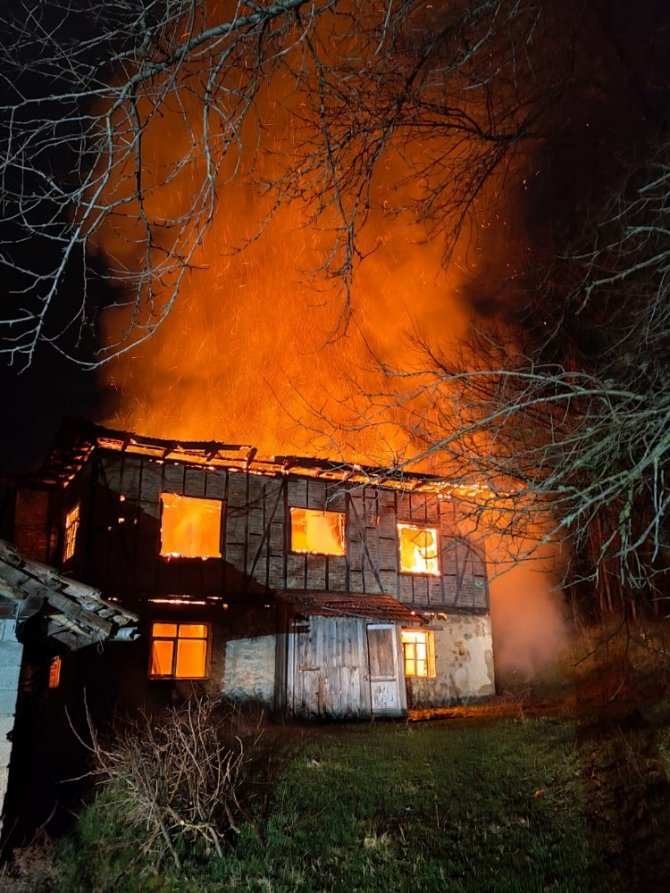 Karabük'te iki katlı ahşap ev alevlere teslim oldu