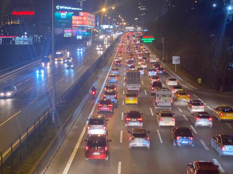 Kısıtlamanın ardından Kadıköy'de trafik yoğunluğu