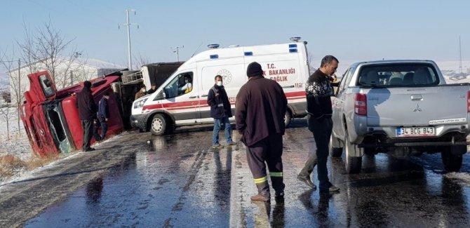 Konya'da mıcır yüklü tır, buzlanma nedeniyle devrildi!