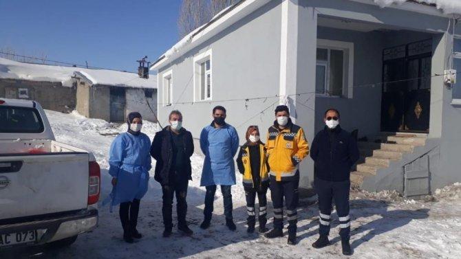 Ağrı'da ekipler uzak köylere ulaşarak 85 yaş üzeri vatandaşları aşılıyor