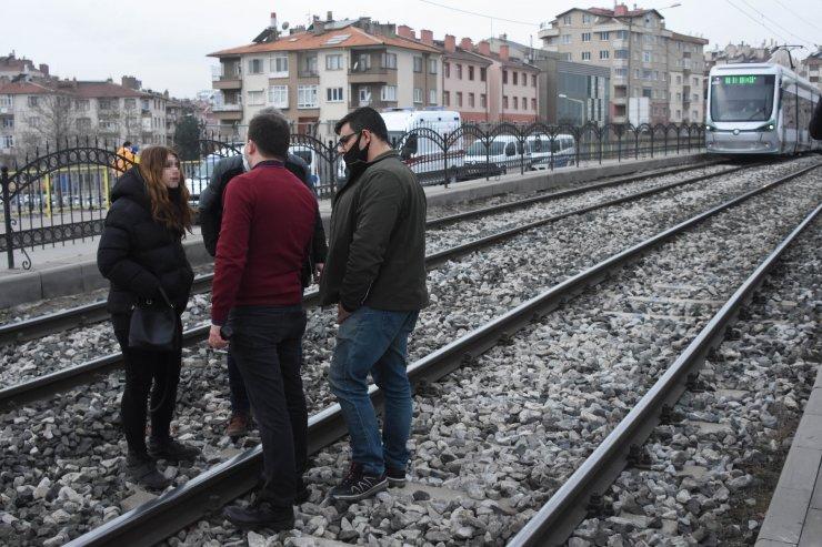 Cezaevindeki sevgilisini göremediğini iddia edip tramvay hattına girdi