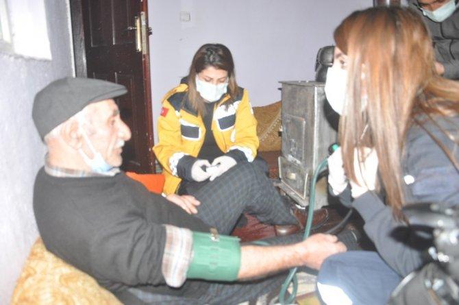 Ekipler karlı yolları açıp 76 yaşındaki hastaya ulaştı