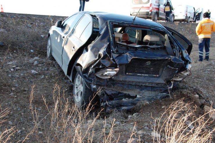 Kuş sürüsünü ezmemek için yavaşlayan otomobile minibüs çarptı: 4 yaralı
