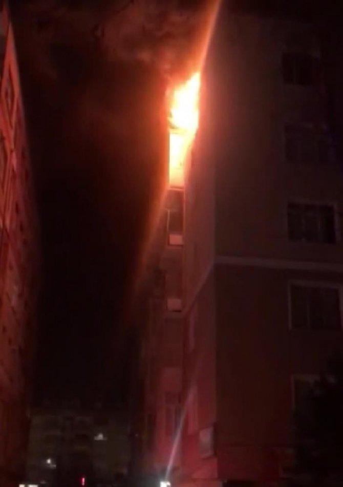 Yangında hayatını kaybeden kızının ayakkabılarını tutarak gözyaşı döktü