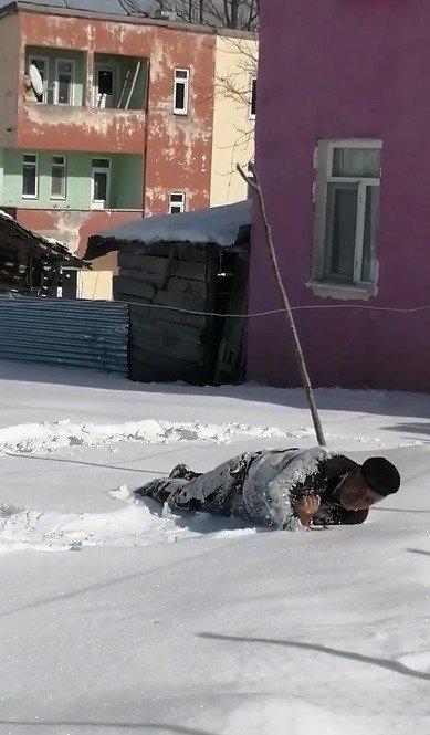 Yaşlı adam karda süründü, yuvarlanarak eğlendi
