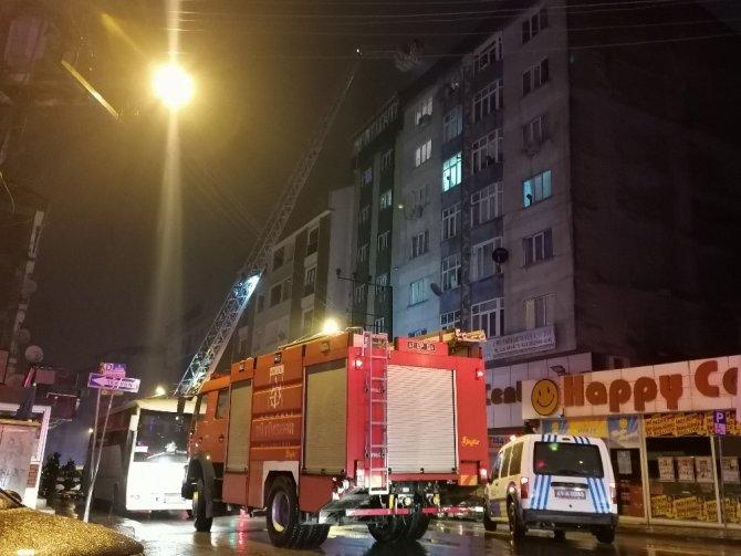 8 katlı binanın çatısında çıkan yangın paniğe sebep oldu