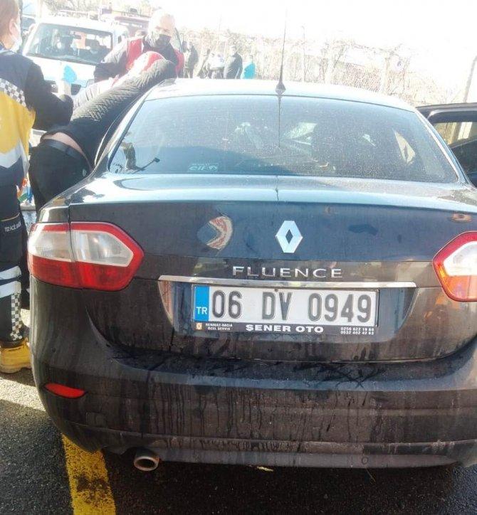 Otomobil direğe çarpıp takla attı: 3 yaralı