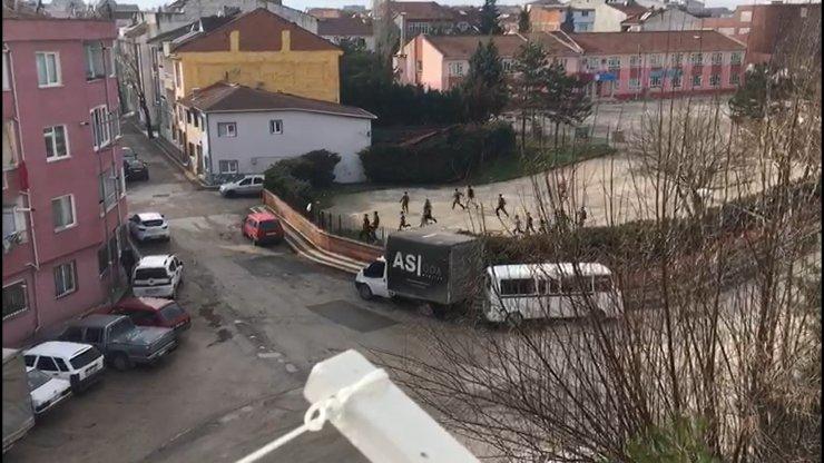 Top oynarken polisi gören çocukların kaçma anı kamerada