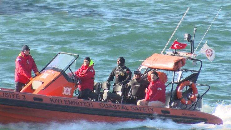 Zeytinburnu'nda kıyaya vuran gemide çalışmalar devam ediyor
