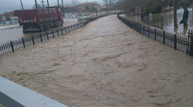 Edirne'de dereler taştı, araçlar yolda mahsur kaldı