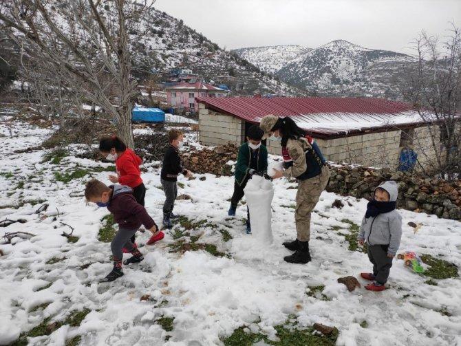 Jandarma çocuklarla kartopu oynayıp kardan adam yaptı