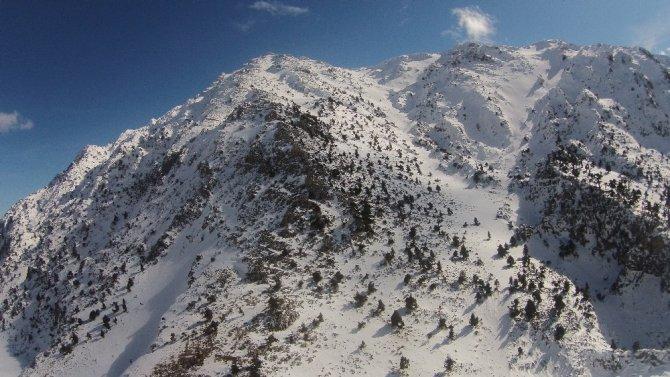 Karla buluşan Antalya-Konya karayolunda  kartpostallık görüntüler