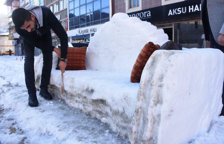 Sivas'ta mobilyacı, kardan koltuk yaptı