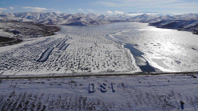 Demirözü Barajı gölünün yüzeyi buz tuttu