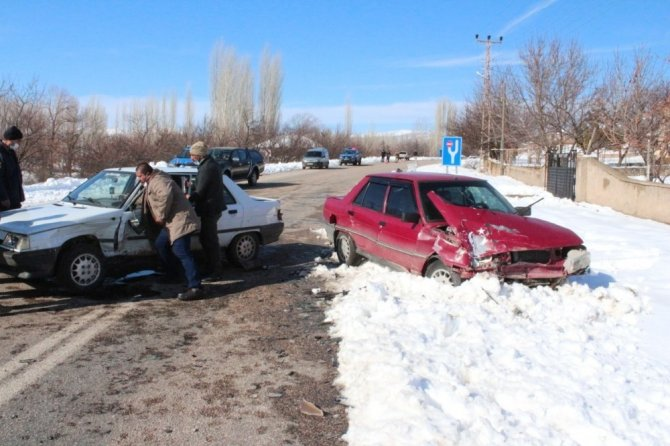 Otomobiller çarpıştı