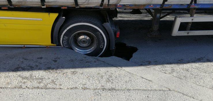 Bağcılar'da yol çöktü iplik yüklü TIR mahsur kaldı