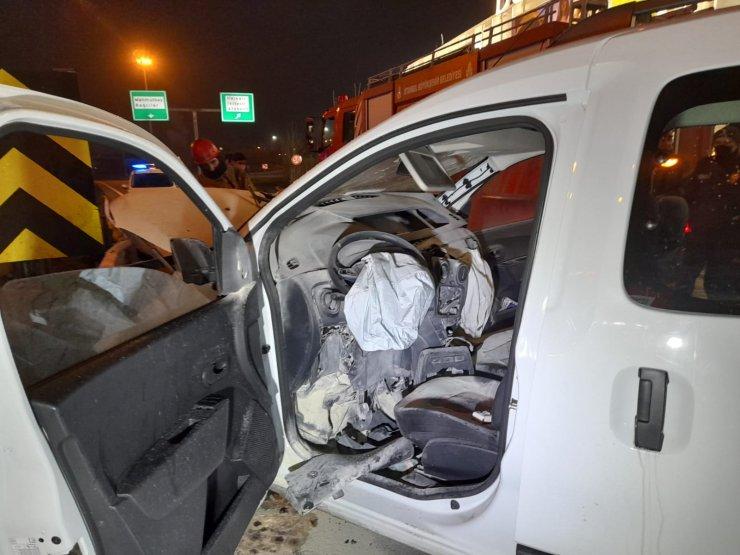 Bariyerlerin ok gibi saplandığı otomobilde iki kişi yaralandı