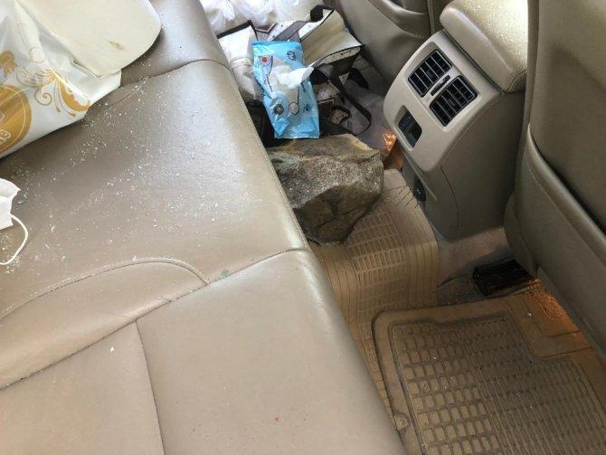 Dağdan kopan kaya parçası otomobilin camından içeri girerek sürücüyü yaraladı