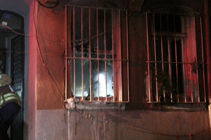 Yangında mahsur kalan yaşlı kadını vatandaşlar son anda kurtardı