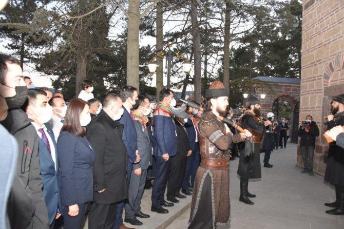 Bakan Kurum, Ertuğrul Gazi Türbesi'nde ''Saygı Nöbeti'ni izledi