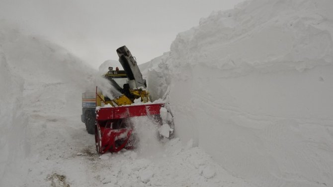 İş makinesinin boyunu aşan bölgelerde kardan tüneller oluştu