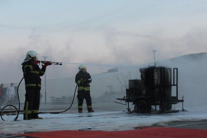 İşçilerin kullandığı zift makinası yandı
