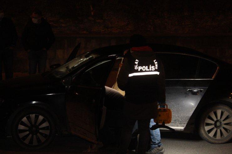 Polisin 'dur' ihtarına uymayan sürücü elindeki tabanca ile kazara kendini yaraladı