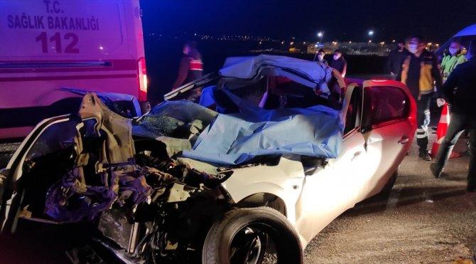 İş makinesine çarpan otomobilde 3 kişi öldü