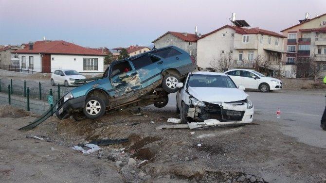Isparta'da 2 otomobil çarpıştı: 1'i bebek 3 yaralı