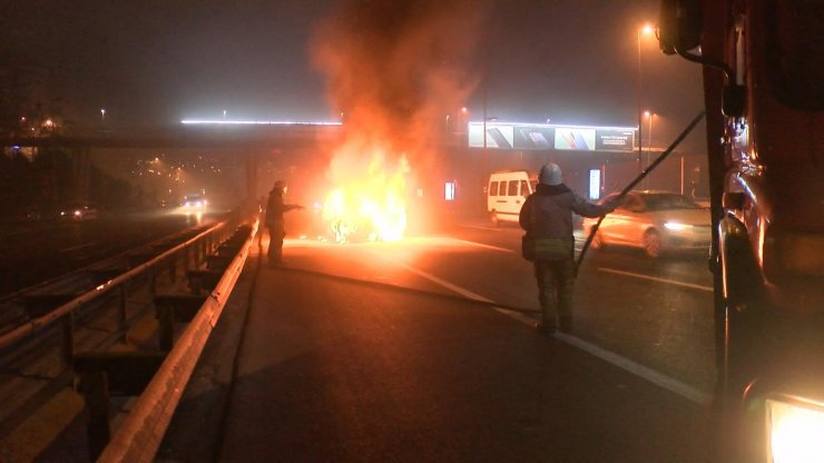 Haliç Köprüsü çıkışında seyir halindeki araç alev alev yandı