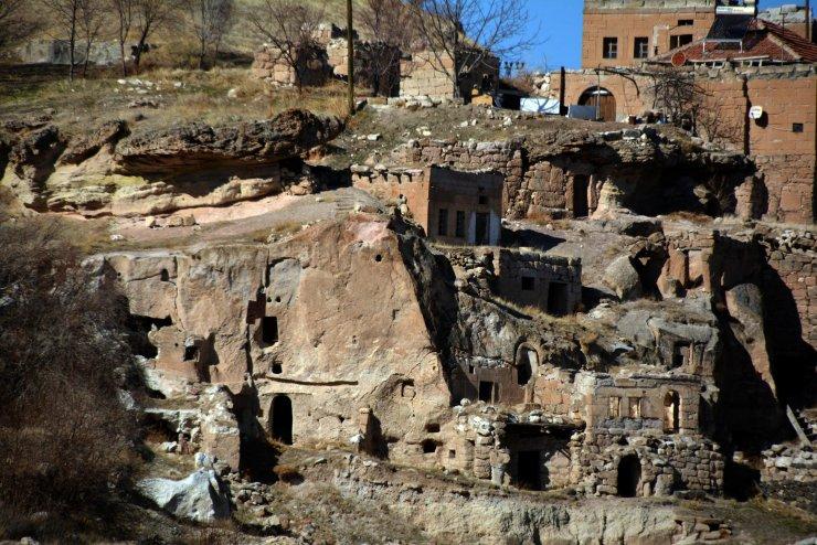 Kayseri'de baraj suyu çekilince mezarlık ve eski yapılar ortaya çıktı