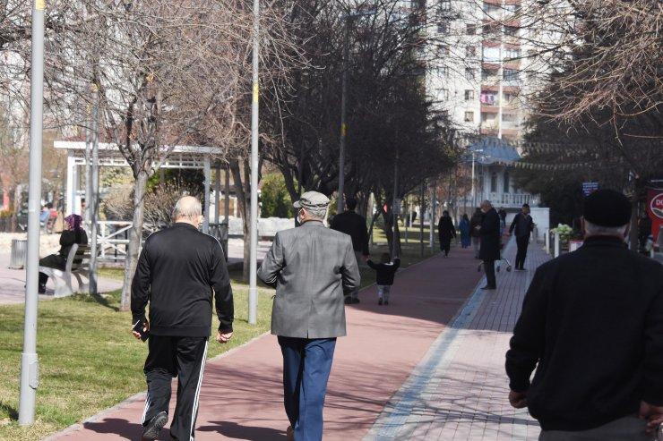 Konya'da şubatta 20 derece sıcaklık; kısıtlamada parklar doldu