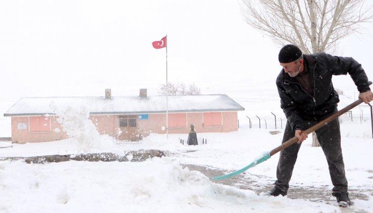 Köy okulunda 'açılış' sevinci; dezenfekte edildi, yolları kardan temizlendi