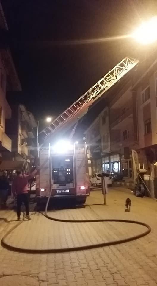 Çatı yangınına itfaiye ekiplerinden müdahale