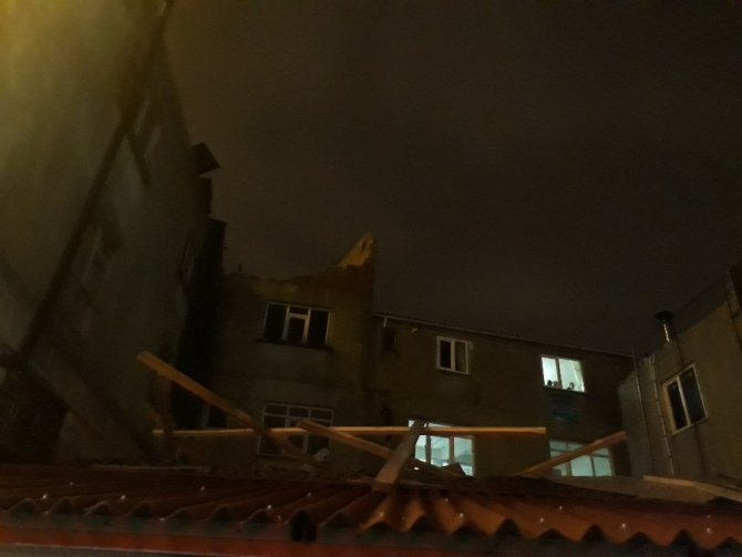 Kağıthane ve Beyoğlu'nda şiddetli rüzgar çatıları uçurdu