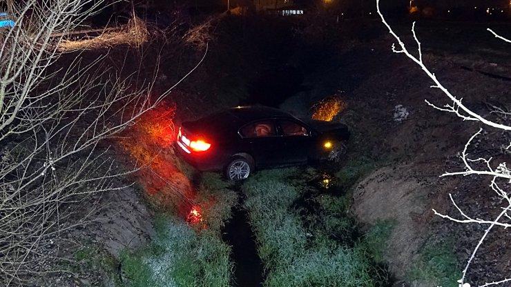Kontrolden çıkan otomobil sulama kanalına uçtu:1 yaralı