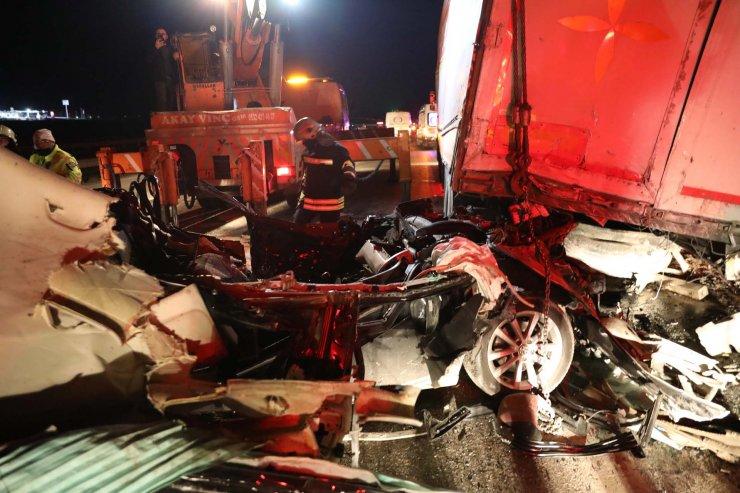 Otomobil arızalanan TIR'a çarptı: 2 ölü