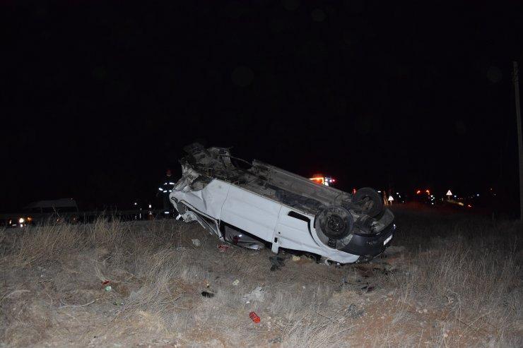 Otomobille çarpışan minibüs devrildi: 4 yaralı