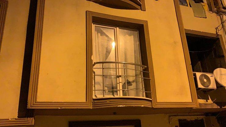 Pendik'te kavga ihbarına giden polislere camdan uyuşturucu madde, halı ve ayakkabı fırlatıldı