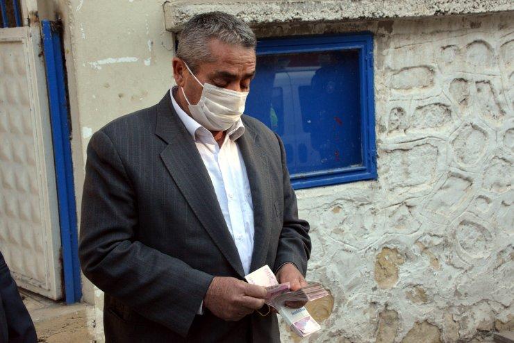 Öğrenci, yolda bulduğu 20 bin lirayı sahibine teslim etti