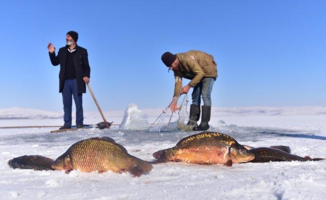 Donan Nazik Gölü'nde Eskimo usulü balık avı
