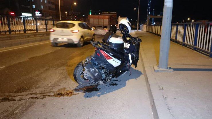 Otomobilin çarptığı motosikletlinin bacağı koptu