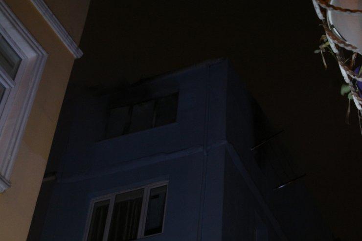Komşuları alevlerin arasında son anda kurtardı