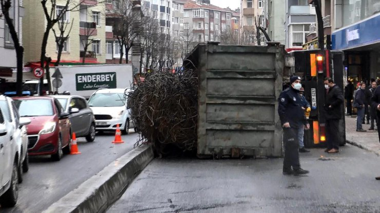 Yıkılan binanın enkaz demiri yüklü kamyon devrildi