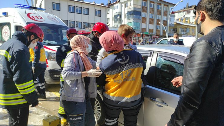 Araçta kilitli kalan 2 kardeşi, itfaiye kurtardı