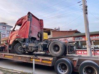 Devrilen TIR'ın şoförü yaralandı